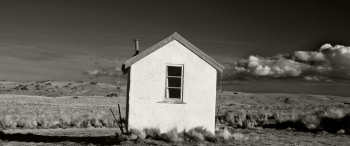 Small_Hut_in_the_Central_Otago_Landscape