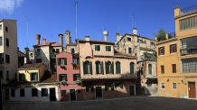 Colourful_dwellings_in_residential_area_in_Venice