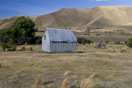 Corrugated_Iron_Musterers_Hut_on_Shirlmar_Station_Central_Otago_near_the_Lindis_Pass_South_Island_High_Country