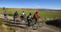 Cyclists_on_Central_Otago_Rail_Trail_between_Waipiata_Kokonga