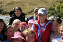 Shania_Twain_with_Arrowtown_school_children_at_Macetown_also_Canadian_High_Commissioner_Penny_Reedie_and_New_Zealand_Prime_Minister_Helen_Clark