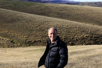 Grahame_Sydney_Central_Otago_Artist_in_his_own_environment_near_St_Bathans_with_Hawkduns_range_in_the_distance