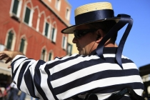 Side_profile_of_Gondolier_in_Venice_Italy
