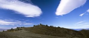Altostratus_lenticularis_Hogs_Back_Cloud_over_Schist_Tors_near_Leaning_Rock_Dunstan_Range_Central_Otago