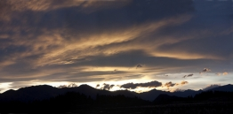 Lenticular_Wave_Cloud_in_Early_Evening_Light_to_the_West_of_Lake_Wanaka_Central_Otago